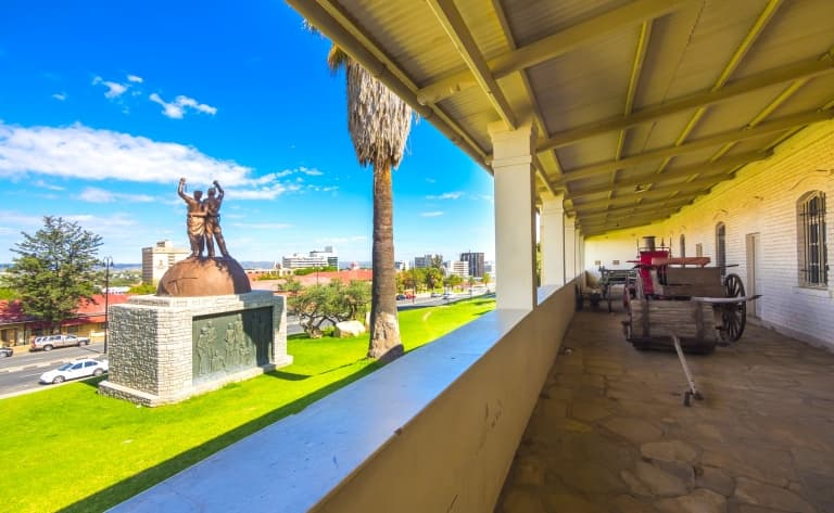 Contrastes de la capitale namibienne et envol pour la France (135 kms)
