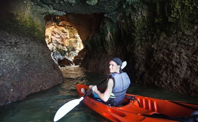 Une promenade en canoë comme un Maya entre stalactites…