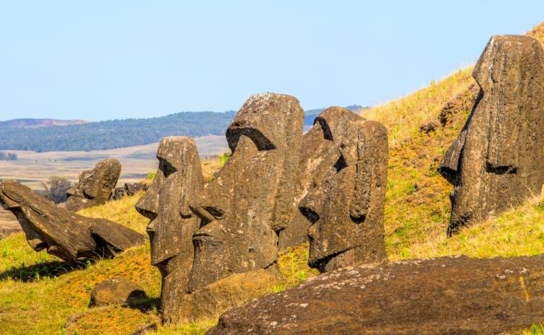 Arrivée sur l'île des Rapanuis